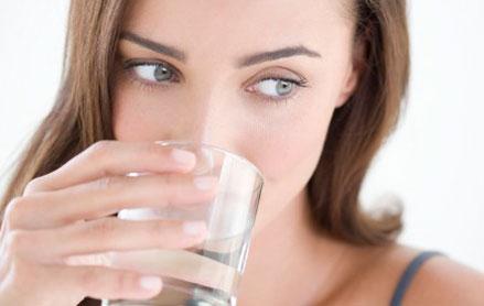 早晨喝水的好�多,怎么喝更健康